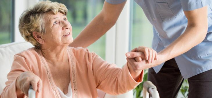 ¿Cuida de un adulto mayor? 7 recomendaciones para tener éxito