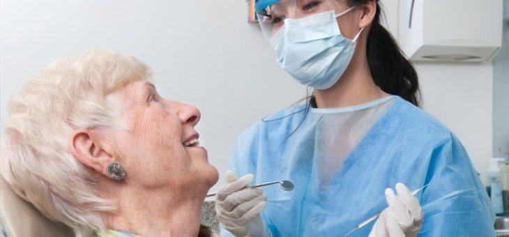 Las recomendaciones de una odontóloga para el cuidado dental en adultos mayores